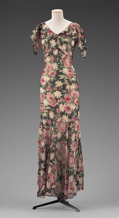 Early 1930s American Dress at the Museum of Fine Arts, Boston - This is a cute floral pattern, and the bias cut is quite flattering (well, on the mannequin anyway!).