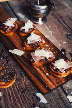 Les croûtons catalans - Le Coup de Grâce Grace, Appetizer Dips, Bruschetta, Cocktails, Cheese, Meat, Recipes, Tomato Bread, Cooking Recipes