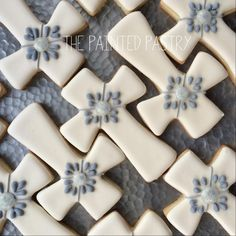 The Painted Pastry: a simply bejeweled cross Baby Cookies, Baby Shower Cookies, Iced Cookies, Easter Cookies, Cupcake Cookies, Sugar Cookies, Christening Cookies, First Holy Communion Cake, Cross Cookies