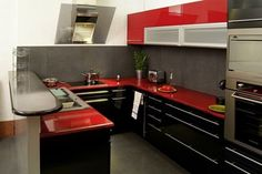 diseno de cocina  roja y negra con peto en gris