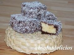 Soft and flaky sponge cake squares, dipped in chocolate sauced and coated with desiccated coconut…. Mmm, this Lamington cake is absolutely amazing! Chocolate Crinkle Cookies, Chocolate Crinkles, Chocolate Biscuits, Brigadeiro Cake, Easy Sponge Cake Recipe, Magic Custard Cake, Raisin Cake, Yogurt Cake, Summer Cakes