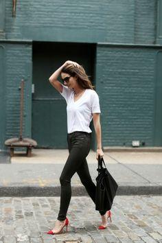 Pantalon noir, t-shirt blanc et shoes rouges
