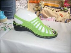 Zapatos en crochet Crochet Sandals, Knitted Slippers, Slipper Socks, Crochet Slippers, Crochet Shawl, Crochet Stitches, Crochet Patterns, Knit Shoes, Sock Shoes