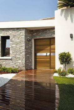 Stone cladding: 18 ideas to make the facade of your house look fantastic! Modern Patio Doors, Modern Entrance, Modern Entry, House Entrance, Modern Exterior, Exterior Design, Red Door House, Stone Cladding, Exterior House Colors