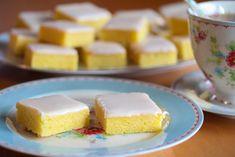 """Dette er deilige kaker som har samme myke og saftige konsistens som brownies, men som smaker herlig søtt og syrlig av sitron i stedet for sjokolade. På grunn av likheten til brownies, kalles disse kakene også gjerne for """"lemonies"""". Oppskriften er til liten langpanne. Oppskrift og foto: Kristine Ilstad/Det søte liv."""