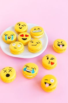 DIY Emoji Macarons- two faves! Macaroons and emojis Cute Desserts, Delicious Desserts, Dessert Recipes, Yummy Food, Party Emoji, Oreo Dessert, Dessert Food, Yummy Treats, Sweet Treats