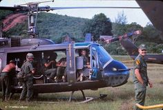 Cavalry Division troops an Huey helicopters. Photo by William Grueschow. Vietnam History, Vietnam War Photos, Vietnam Veterans, Military Guns, Military History, Brown Water Navy, Helicopter Pilots, Home Defense, American War
