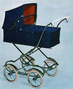 SVENSKTILLVERKADE BARNVAGNAR FRÅN 1960-TALET Redan 1968 fanns denna vagn, som verkligen är snarlik många 70-talsmodeller från Emmaljunga.  Vävplast, troligen fanns den att få i textil också. Celluloidhandtag, dock något tunnare. Hjulen är små.