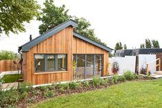Ein Gartenhaus kann eine angespannte Wohnsituation merklich entlasten. Vor allem wenn es so ein voll ausgestattetes ist wie das unserer Experten.