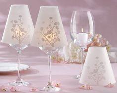 Transforma una copa en una lámpara que puede servir como centro de mesa d eackones  e un evento, o bien para decorar tu casa, así lo acoplas totalmente a tu decoración. Básicamente haremos las pantallas que colocaremos sobre copas de vino. Resultando hermosas lámparas (con una vela dentro de la copa). Materiales: Una copa de vino Papel …