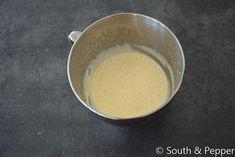 Scheid de eierdooiers van de eiwitten en klop de eiwitten stijf met een snufje zout. Mix dan de eierdooiers en giet er stukje bij beetje het afgekoelde suikerwater bij. Mix daarna nog 2 minuten op hoge snelheid zodat het beslag lichter wordt van kleur. Meng nu de mascarpone onder de eierdooiers. Spatel daarna d eiwitten door het beslag en zet even aan de kant. Tiramisu, Food And Drink, Pudding, Stuffed Peppers, Fruit, Tags, Lights, Custard Pudding, Stuffed Pepper