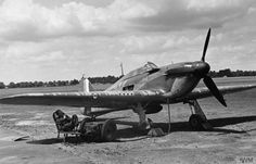 Hawker Hurricane Mk I of No. 85 Squadron, July 1940. The battery cart is plugged in and a member of the ground crew on standby beneath the wing, ready to start the engine as soon as the alarm is given.