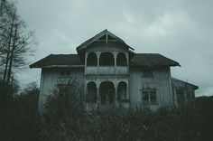 Shared by Find images and videos about photography, grunge and dark on We Heart It - the app to get lost in what you love. Abandoned Buildings, Abandoned Places, Abandoned Mansions, Story Inspiration, Writing Inspiration, Imagenes Dark, Gothic Aesthetic, American Gothic, Southern Gothic