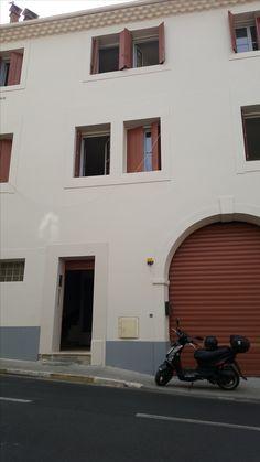 Dans Béziers , immeuble en parfait état général, refait à neuf, composé de 10 logements (5 appartements  T2, 4  appartements T3 et un studio) pour une surface totale de 600m² habitables et 325m² de garages (deux grands garages 202m² et 105m² déja loués).Rentabilité brute de 12%.Consuel le 27/07/2016.  Deux appartements déja loués.La location a commencé début Juillet 2016. Pas de frais de syndic;DPE:en cours   Prix: 460 000€  www.philippecongnard.com