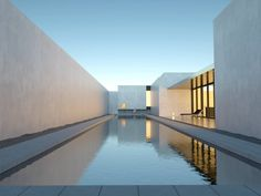 Minimalist house and pool design. Pinned to Pool Design by Darin Bradbury.