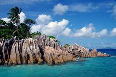 Surreal wirken die Farben und Formen der kleinen Insel Saint Pierre. Die Granitfelsen liegen ca. einen Kilometer vor der Küste von Paslin und bieten eine tolle Möglichkeit, um zu Schnorcheln und di...