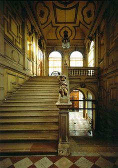 Ca' Rezzonico, palacio veneciano construido a partir de 1649 para la familia Bon. http://www.venecia.travel/lugares-para-visitar/carezzonico/ #turismo #Venecia