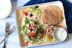 Speltpita's met Griekse kipburgers en tzatziki I Love Food, A Food, Food And Drink, Snack Recipes, Dinner Recipes, Healthy Recipes, Tzatziki, Foodies, Healthy Lifestyle