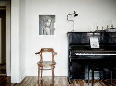 Entrance  Jeg er ret vild med stuen i denne fine lejlighed. Jeg har tidligere fortalt, at jeg har en svaghed for klaverer i boligindretningen (heroghe...