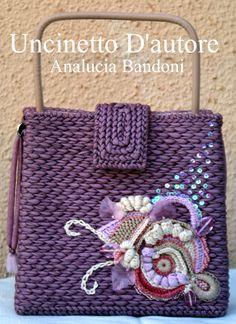 Piccola borsa in fettuccia lavorata su rete, foderata, chiusura a calamita sul davanti, manici fatti a mano. Misure : H18 - L19 - P7 #borsa #bag #uncinetto #uncinettodautore #analuciabandoni #crochet #handmade