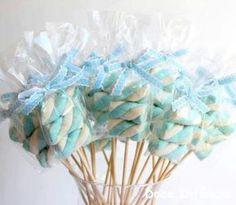 Pirulitos de marshmallow para lembrancinhas de Chá de Bebê ou nascimento (maternidade).   Veja mais em: http://mamaepratica.com.br/2016/01/29/15-ideias-de-lembrancinhas-de-maternidade-para-mexer-com-os-sentidos/