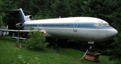 His address would read something like this: Boeing 727 in the field, Oregon, U.S.A.  For almost ten years, Bruce Campbell, who needless to say loves planes, has been living in one ever since he purchased a retired Boeing 727 for $100,000. To move it from the airport to his house cost him an additio