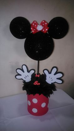 Centro de mesa Minnie vista frontal Mickey Mouse Crafts, Mickey Party, Mickey Minnie Mouse, Minnie Mouse 1st Birthday, Minnie Mouse Party, Mouse Parties, Kids Birthday Themes, 2nd Birthday Parties, Mickey Minnie Centerpieces