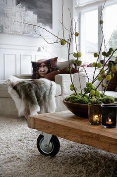 Hvide rammer, godt design og frem for alt glæden ved nordisk natur er overskrifterne i Hanne Berzants juleboligliv, der udspiller sig i en 248 m² stor lejlighed nord for København.