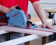 Ein Sägeschnitt auf einem Restholz wird ausgeführt