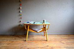 Table basse ou table de jeux, cette jolie pièce vintage est pleine de pep's et de douceur...
