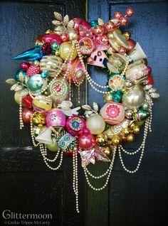 Retro Christmas Decorations, Vintage Christmas Ornaments, Pink Christmas, Christmas Balls, Christmas Time, Victorian Christmas, Christmas Movies, Beautiful Christmas, Holiday Decor
