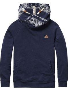 Sweater met gedraaide capuchonSweater met gedraaide capuchon