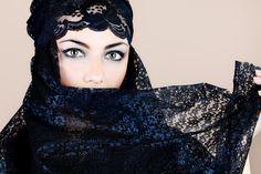 I riti di bellezza araba ti aiutano a rispettare e ad accettare il tuo corpo, attraverso una filosofia che vede la bellezza come sacra ed il corpo come un tempio divino.  Tali riti mirano a purificare e a rigenerare il corpo attraverso rituali come l'Hammam, l'uso del sapone nero e del Rhassoul per esfolliare la pelle o i massaggi con l'olio di Argan, le tinture all'Hennè per mani e capelli.