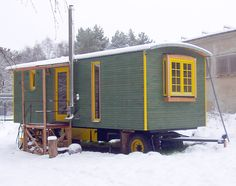 Wohnwagen-Prototyp mit zweischaliger Dachkonstruktion und Zinkdach Tiny House Nation, Box Houses, Tiny Houses, Shepherds Hut, Hygge Home, Tiny Apartments, Gypsy Wagon, Small Buildings, Tiny House Movement
