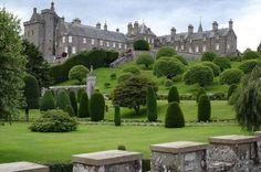 Los suelos del Castillo Drummond, ubicado en Perthshire, Escocia, han atravesado grandes cambios desde sus inicios, en el año 1490. En la actualidad, este lugar representa el estilo de los jardines tradicionales escoceses de la época.