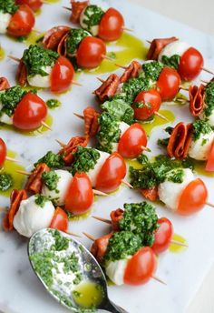 CAPRESE BITES WITH BASIL VINAIGRETTE Makes 24 24 mozzarella balls 24 pepperoni slices (or salami) 12 cherry tomatoes, halved cup olive oil 1 tablespoon balsamic vinegar ¼ teaspoon garlic powder 18 basil leaves Salt & pepper Toothpicks Caprese Appetizer, Appetizers For Party, Appetizer Recipes, Caprese Skewers, Simple Appetizers, Light Appetizers, Party Recipes, Party Snacks, Birthday Appetizers