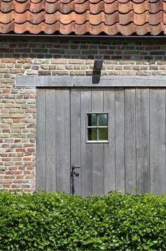 Recuperatie stenen, boomse pannen, naturel houten poort