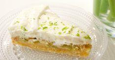 Raparperikakussa täydellisen kokonaisuuden luovat raikas lime ja raparperi, mehevä ja maukas pohja ja kermaisen makea täyte.