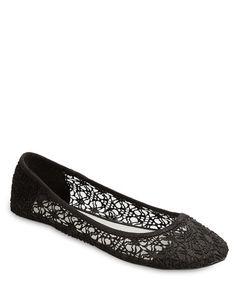 Estos zapatos lindos son escolar apropiado. Que son de color negro. Estos zapatos son de Wet Seal.
