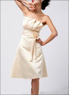 Schickes Brautkleid mit auffallenden Verzierungen am Dekolleté und Blüte.