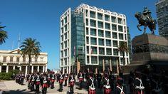 Plaza independencia - José Gervasio Artigas, troca da guarda, Torre Executiva, atual sede do Poder Executivo.