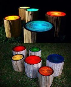 Baumstämme mit Leuchtfarbe