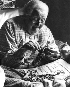 My goal: to be knitting at this age.hell to be doing anything at this age! Knitting Projects, Knitting Patterns, Easy Knitting, Art Du Fil, Knit Art, Wise Women, Vintage Knitting, Belle Photo, Alter