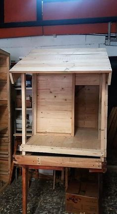 Use Pallet Wood Projects to Create Unique Home Decor Items – Hobby Is My Life Furniture Logo, Ikea Furniture, Pallet Furniture, Pallet Dog House, Build A Dog House, House Dog, Used Pallets, Wooden Pallets, Unique Home Decor