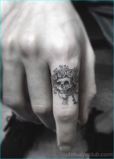 wolf finger tattoo finger tattoo pain ring tattoo designs finger design knuckle tattoo cover up hand finger tattoos Small Tattoos Men, Trendy Tattoos, Tattoos For Women, Cool Tattoos, Tatoos, Tattoo Small, Wing Tattoos, Large Tattoos, Awesome Tattoos