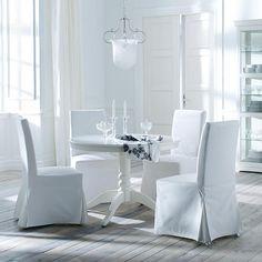 Eetkamer met witte LIATORP uittrekbare tafel met ruimte voor 4-6 personen en HENRIKSDAL stoelen met Blekinge katoenen overtrek