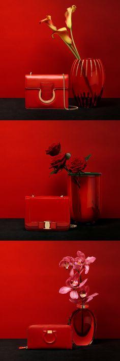 El lápiz labial rojo es la sombra perfecta para el día de San Valentín. El color de la pasión ardiente y los iconos del estilo Salvatore Ferragamo.