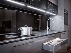 Das ist einer unserer Ausstellungsküchen von Ewe. Dieses und viele andere Exemplare stehen in unserem Küchenstudio in der Gumpendorfer Str. 135, 1060 Wien. Schau mal vorbei! Küchen Design, Sink, Kitchen Cabinets, Modern, Home Decor, Flagstone, Decorating Kitchen, Kitchen Inspiration, Dark