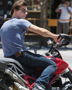 Tom Cruise my the American star looks dashing and super-cool on a motorcycle wish I had his life! Hot Actors, Actors & Actresses, Tom Cruise Meme, Top Cruise, Cruise Travel, Logan Lerman, Amanda Seyfried, Moto Ducati, Wow Photo