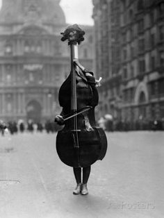 Walking Violin in Philadelphia Mummers' Parade, 1917 Fotografisk trykk av Bettmann hos AllPosters.no